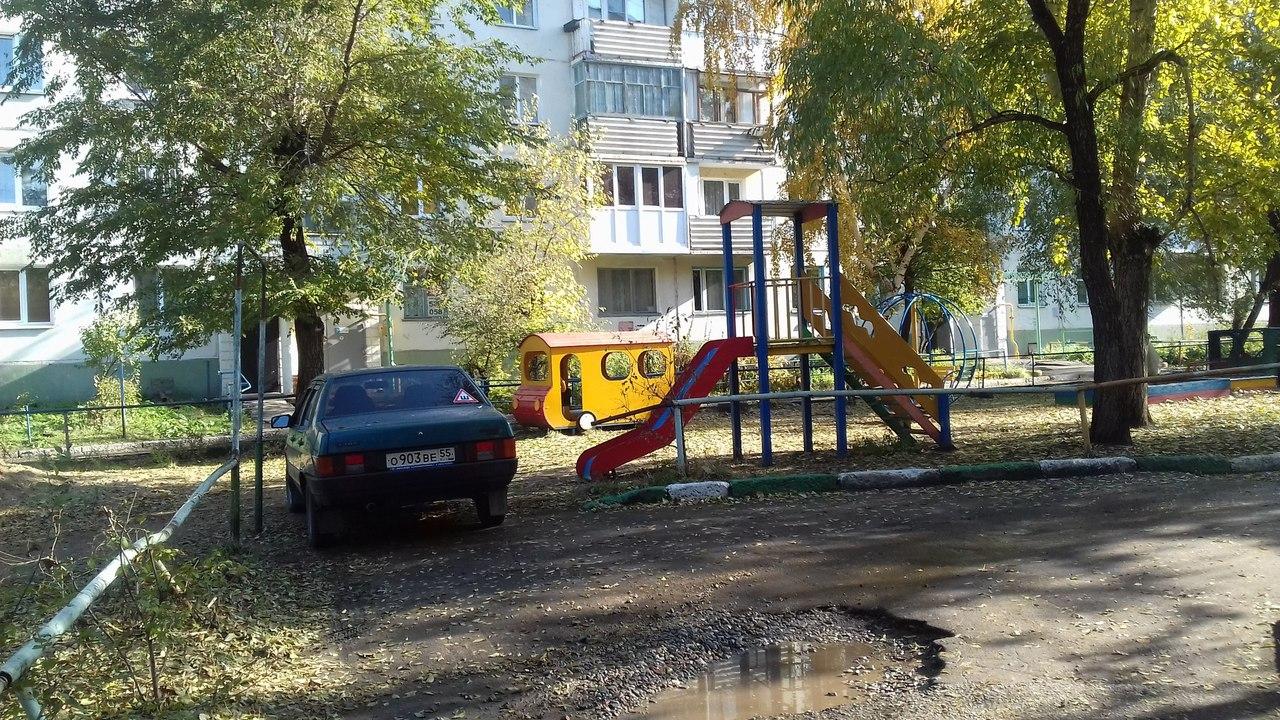 Омич припарковался под горкой на детской площадке