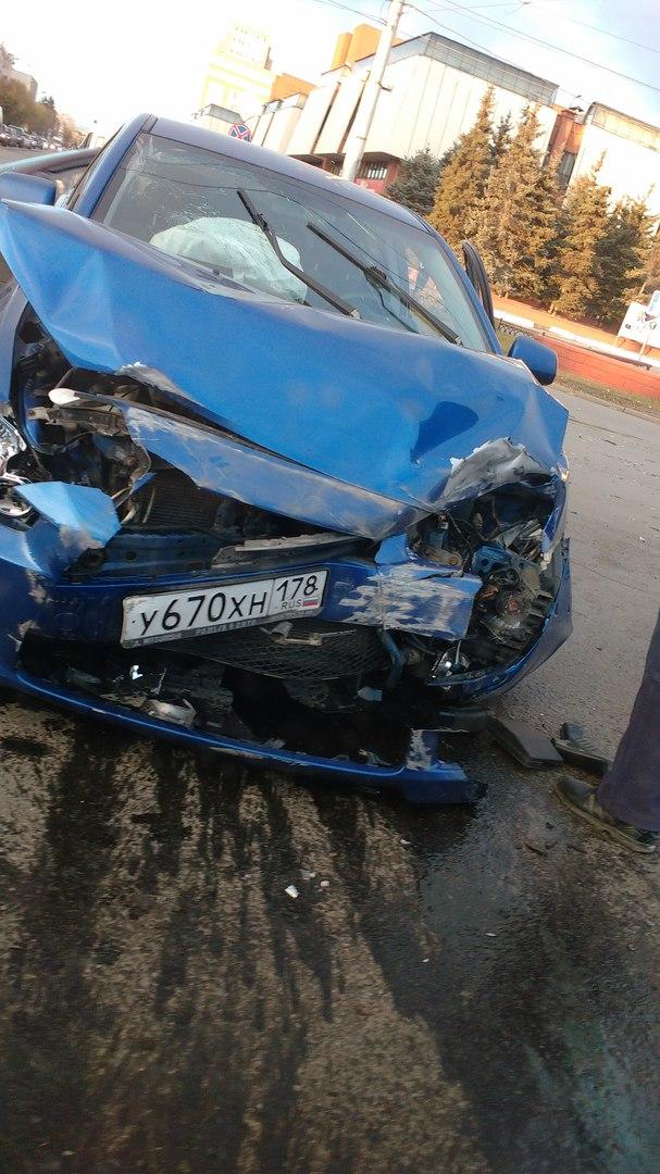 Омичка на Mitsubishi Lancer попала в аварию у ТЦ «Омский» и впала в истерику