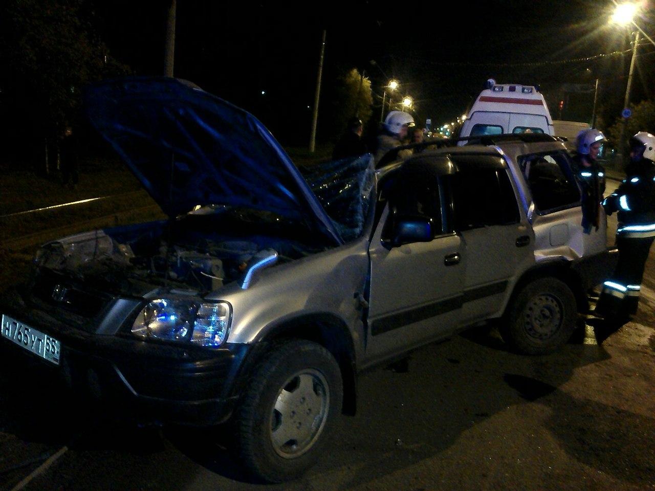 Омич чудом выжил, когда машину занесло в столб на Баранова