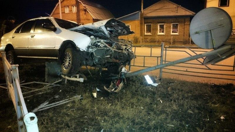 Пьяный омский водитель снес ограждение и знак на Орджоникидзе