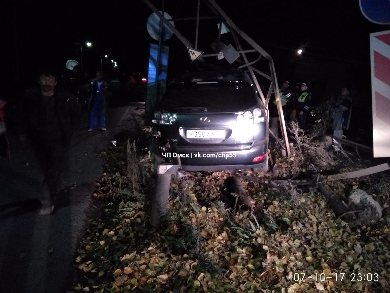В Омске два пьяных мастера из автосервиса снесли опору на чужом «Лексусе»