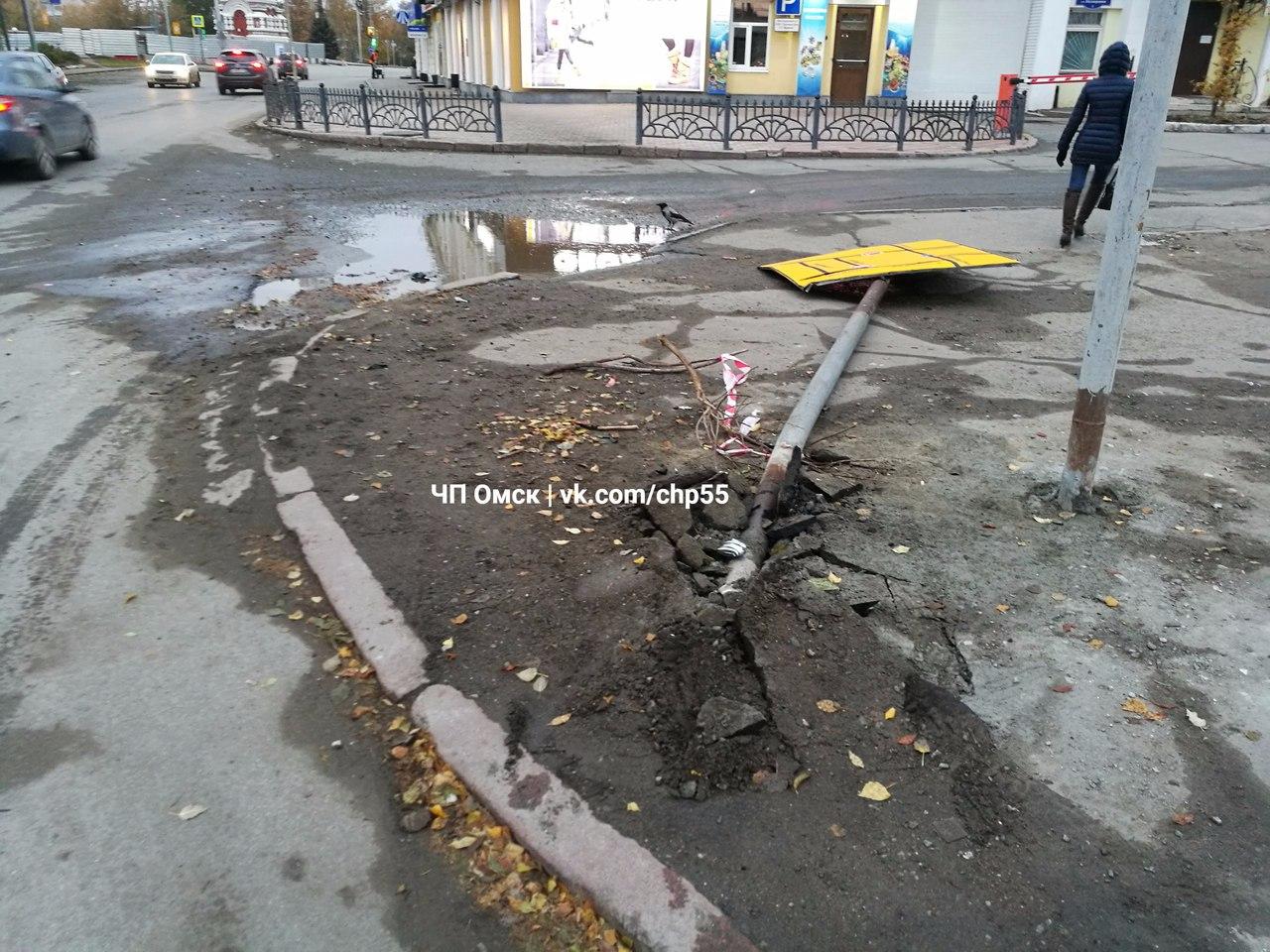 Омич сбил знак со схемой объезда Юбилейного моста, закрытого на капремонт