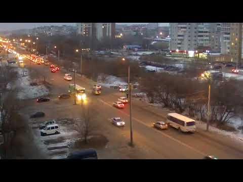 На Левобережье Омска  после столкновения машина зависла над дорогой