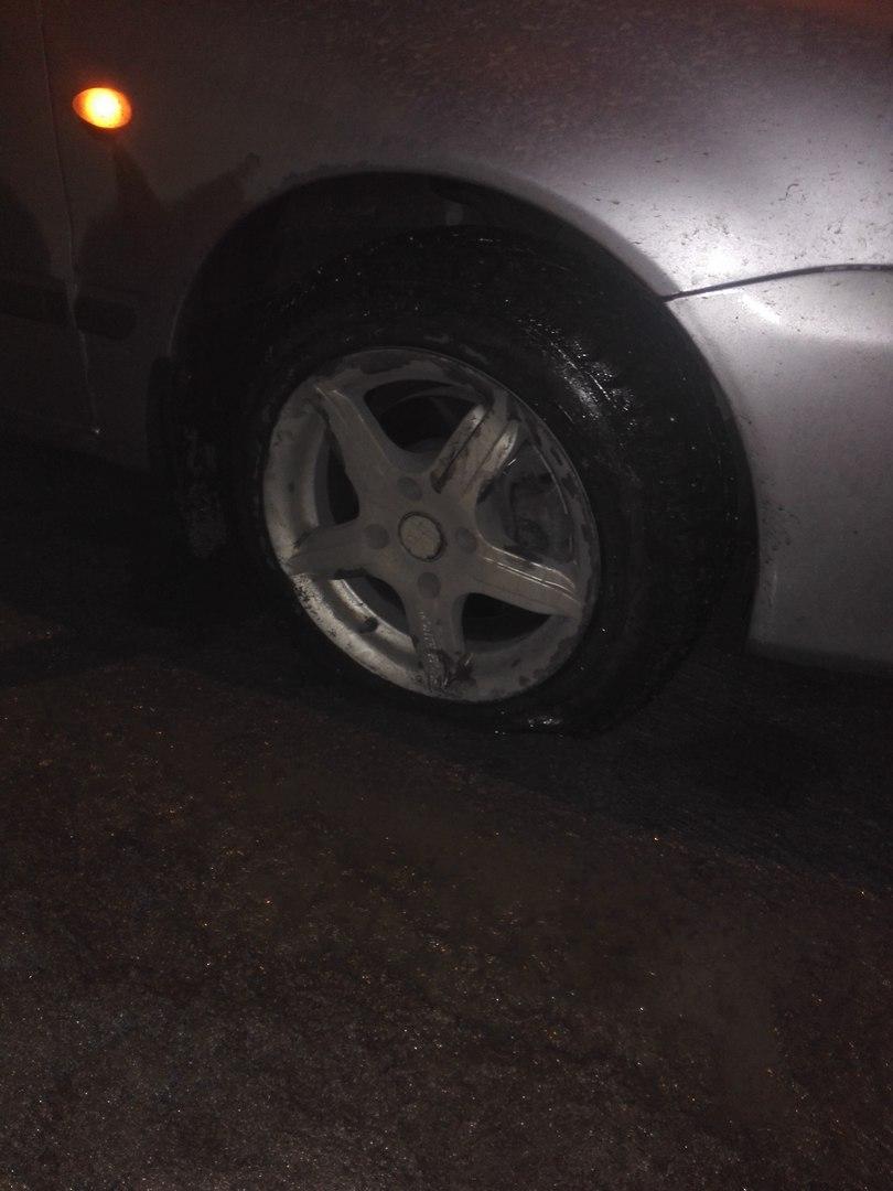 Омич на съезде с Метромоста попал в незаметную яму и погнул диск