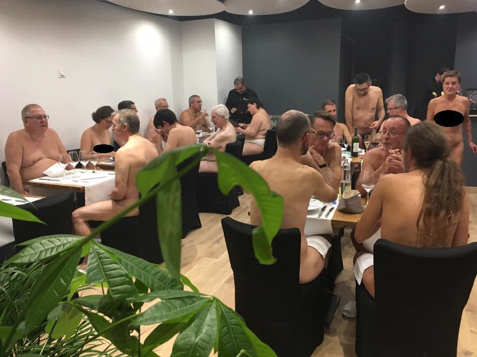 Омичи обсуждают ресторан для нудистов, открывшийся в Париже