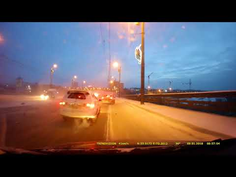 Опубликовано видео аварии с участием шести машин в Омске